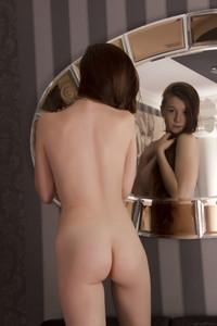 Emily-Bloom-%E2%80%93-Denola--b6tdirlfld.jpg