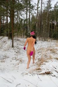 Daria-Daria-Walks-Barefoot--g6uvh5qpio.jpg