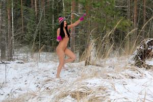 Daria-Daria-Walks-Barefoot--66rwhw6nbj.jpg